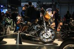 Tazza Handbuilt Russo 2018 I motocicli su ordinazione stanno alla mostra alla luce tenue fotografia stock libera da diritti