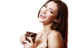 Tazza hoolding della giovane bella donna felice di tè o di caffè Immagine Stock Libera da Diritti