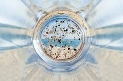 Tazza inferiore vuota di birra fresca vuotata sulla spiaggia Immagine Stock Libera da Diritti