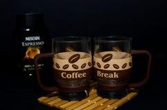 Tazza insolita di vetro con progettazione del caffè Fotografia Stock Libera da Diritti