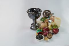 Tazza nera con frutta di marmo e fotografia stock