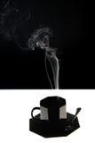 Tazza nera con il vapore Fotografie Stock Libere da Diritti