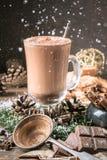 Tazza o caffè di vetro del cacao con la schiuma del latte immagine stock