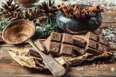 Tazza o caffè di vetro del cacao con la schiuma del latte fotografia stock libera da diritti