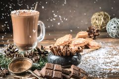 Tazza o caffè di vetro del cacao con la schiuma del latte immagine stock libera da diritti