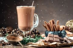 Tazza o caffè di vetro del cacao con la schiuma del latte immagini stock