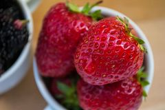 Tazza piena delle fragole Immagine Stock Libera da Diritti