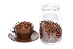 Tazza in pieno dei chicchi di caffè arrostiti Fotografia Stock