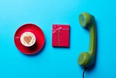 Tazza, regalo e microtelefono fotografia stock