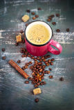 Tazza rosa con caffè e le spezie caldi su fondo misero Fotografia Stock