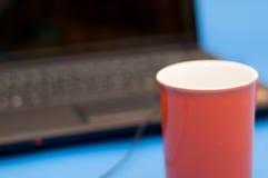 Tazza rossa con il taccuino Fotografia Stock