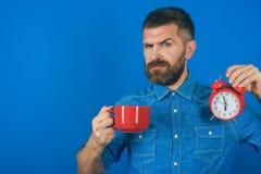 Tazza rossa con l'allarme, mattina perfetta, spazio della copia fotografia stock libera da diritti