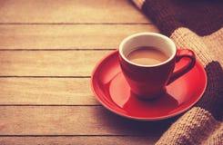 Tazza rossa del caffè e della sciarpa dell'annata. Immagini Stock