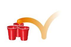 Tazza rossa del partito con palla da ping-pong, isolata su fondo bianco Fotografia Stock
