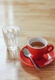 Tazza rossa di caffè espresso con tubo di livello sulla tavola di legno nel negozio del caffè del caffè Immagini Stock Libere da Diritti