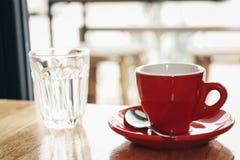 Tazza rossa di caffè espresso sulla tavola di legno Fotografie Stock