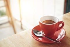 Tazza rossa di caffè espresso sulla tavola di legno in caffè del caffè Fotografia Stock Libera da Diritti
