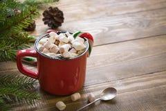 Tazza rossa di cioccolata calda con la caramella gommosa e molle sul davanzale Concetto di fine settimana Stile domestico Tempo d Immagini Stock Libere da Diritti