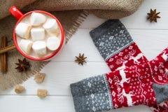 Tazza rossa di Natale con cioccolata calda e la caramella gommosa e molle Calzini con Fotografie Stock
