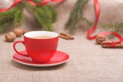 Tazza rossa nella decorazione di Natale Fotografia Stock