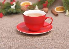 Tazza rossa nella decorazione di Natale Immagini Stock Libere da Diritti