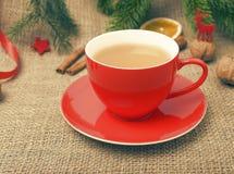 Tazza rossa nella decorazione di Natale Immagini Stock