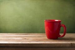 Tazza rossa sulla tabella di legno Immagini Stock Libere da Diritti