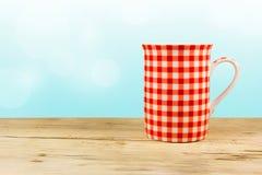Tazza rossa sulla tavola di legno. Immagini Stock Libere da Diritti