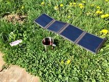 Tazza solare di tè e della tassa sull'erba fotografie stock libere da diritti