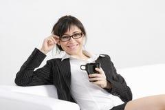 Tazza sorridente della holding del brunette Immagini Stock Libere da Diritti