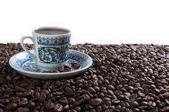 Tazza su caffè sui chicchi di caffè immagini stock libere da diritti