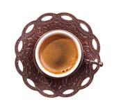 Tazza tradizionale di caffè turco con schiuma isolata su fondo bianco Vista superiore fotografia stock libera da diritti