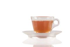 Tazza trasparente di tè su fondo bianco isolato Immagini Stock Libere da Diritti