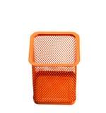 Tazza vuota arancio del supporto per le penne isolate su fondo bianco Immagini Stock Libere da Diritti