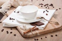 Tazza vuota con il cioccolato e la cannella dello zucchero Immagini Stock Libere da Diritti