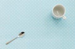 Tazza vuota con il cucchiaino Priorità bassa del puntino di Polka Fotografia Stock