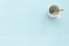 Tazza vuota con il cucchiaino Priorità bassa del puntino di Polka Immagine Stock