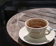Tazza vuota a metà su una tabella del caffè Immagine Stock Libera da Diritti