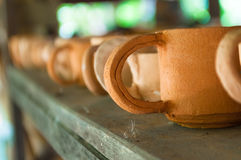 Tazze al forno fatte a mano dell'argilla sugli scaffali di legno Immagini Stock Libere da Diritti