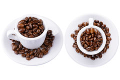 2 tazze bianche con i chicchi di caffè Immagini Stock