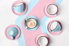 Tazze blu e rosa della porcellana elegante su fondo astratto Immagine Stock Libera da Diritti