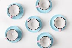 Tazze blu e rosa della porcellana elegante su fondo astratto Immagini Stock Libere da Diritti