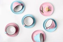 Tazze blu e rosa della porcellana elegante su fondo astratto Fotografia Stock Libera da Diritti