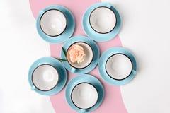 Tazze blu e rosa della porcellana elegante su fondo astratto Fotografie Stock