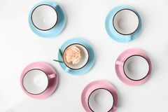 Tazze blu e rosa della porcellana elegante su fondo astratto Fotografia Stock