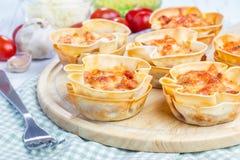 Tazze casalinghe delle lasagne al forno fotografia stock libera da diritti