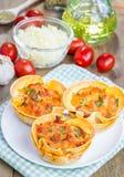 Tazze casalinghe delle lasagne al forno fotografia stock