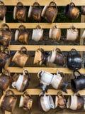 Tazze ceramiche al servizio. Immagini Stock