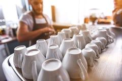 Tazze ceramiche che aspettano per essere riempito Fotografia Stock Libera da Diritti