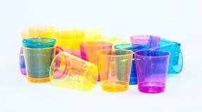 Tazze colorate su un fondo bianco - giallo, arancio, rosa e blu Fotografia Stock